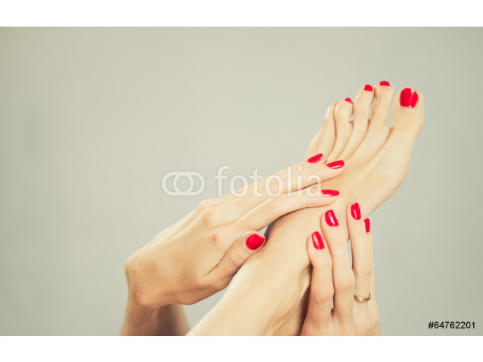 Vliestapete sexy woman toes and fingers with red nail polish 64238