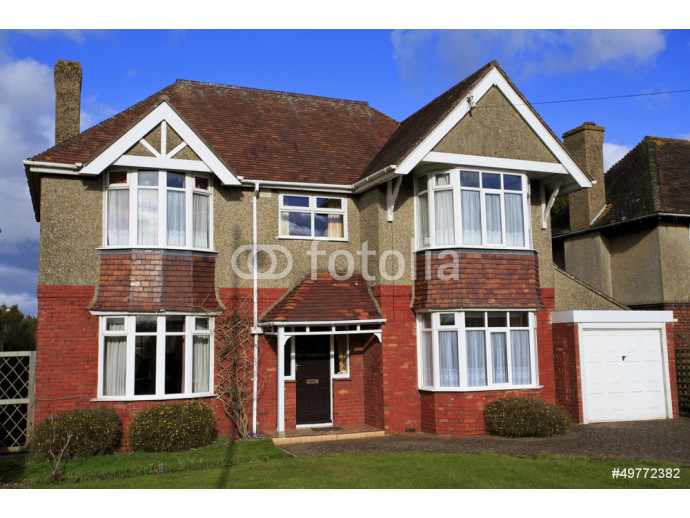 Pebble dashed detached house with garage 64238