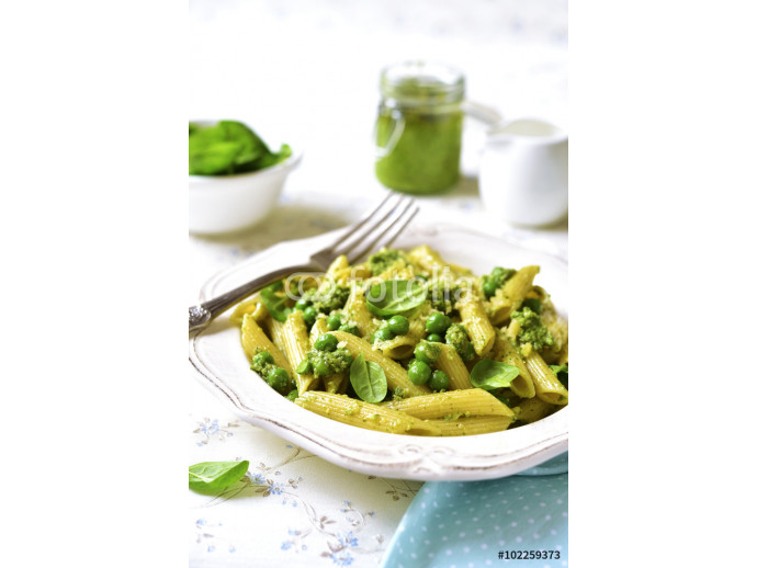 Penne with spinach pesto and green pea. 64238