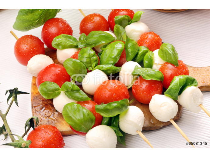 Vliestapete Caprese salad. Skewers with tomato and mozzarella with basil. 64238