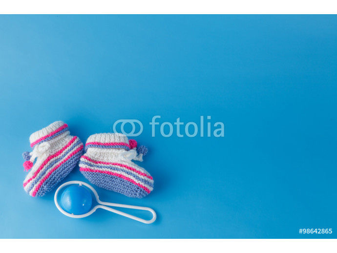 Rattle and knitted booties for the newborn 64238