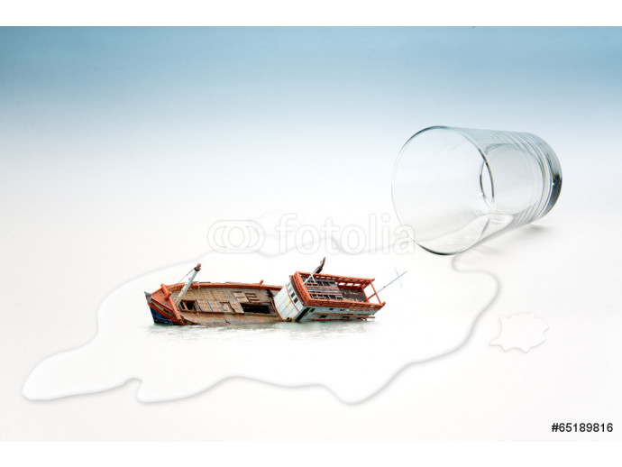 Fototapeta Empty glass of water with Boat capsized (surreal concept) 64238