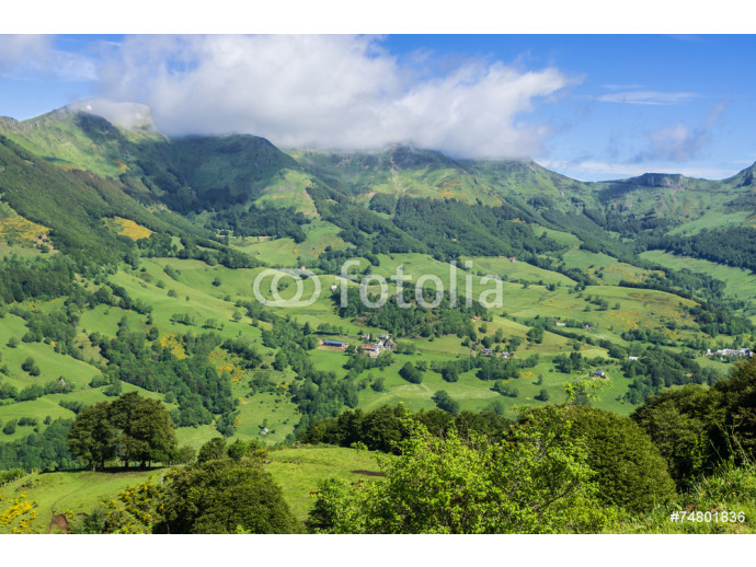 Fotomural decorativo Mountainous volcano landscape in France. 64238