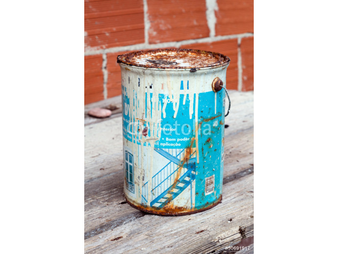 Old and rusted paint tin 64238