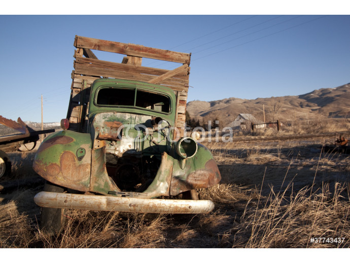 Papier peint moderne Old rusty truck in a field 64238