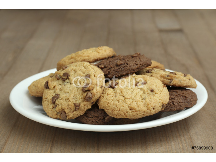 Fototapeta chocolate chip cookies on a plate on a wooden background 64238