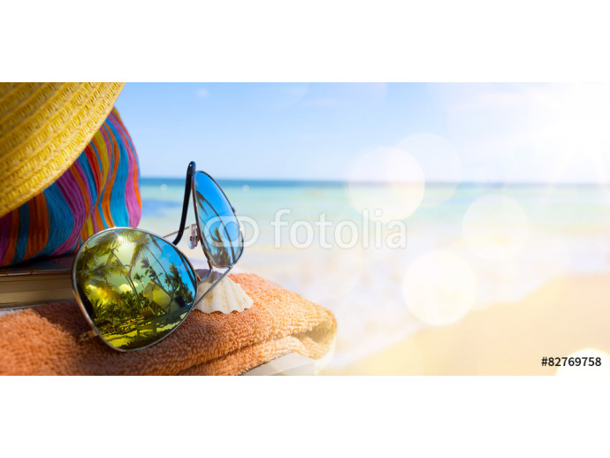 Straw hat, bag and sun glasses  on a tropical beach 64238