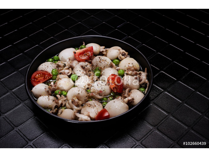 Fotomural decorativo Scallops cooked with cherry tomatos on black plate. Classical view.  64238