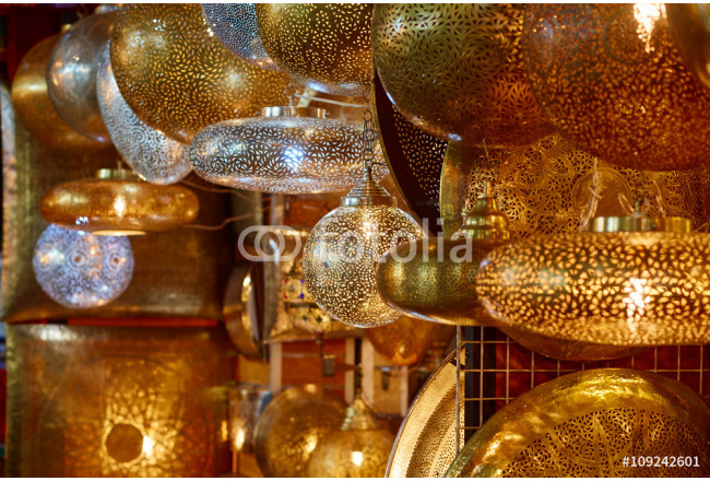 Bild auf Leinwand Shaining moroccan metal lamps in the shop in medina of Marrakech, Morocco 64239
