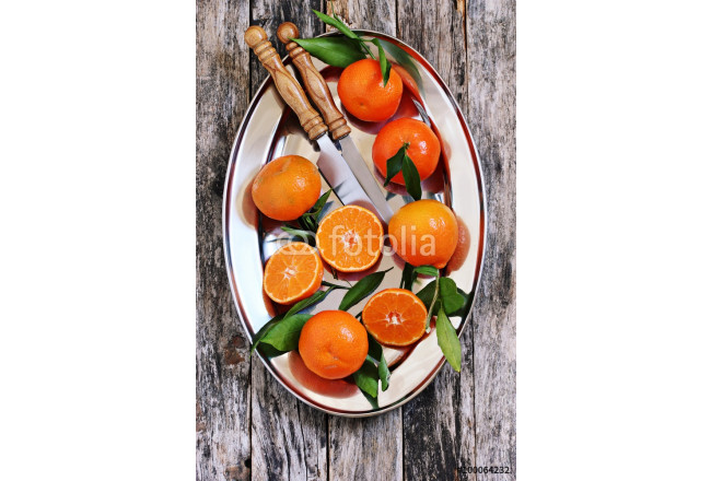 Fresh tangerines with leaves on a rustic wooden table.Selective focus. 64239