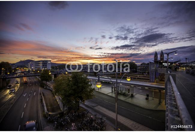 Leinwandbild Herbstlicher Sonnenuntergang Am Bahnhof In Freiburg Im