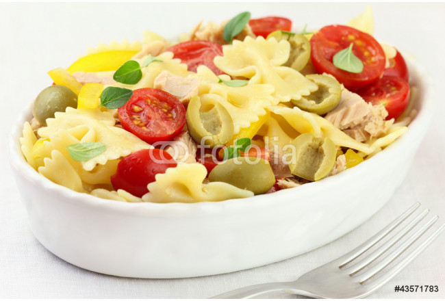 Bow tie pasta salad with tuna, tomatoes and green olives 64239