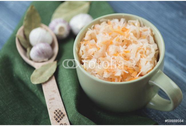 Pickled cabbage, bay leaves and garlic, horizontal shot 64239