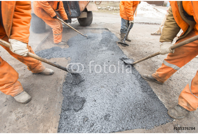 Obraz nowoczesny Workers repairing the road with shovels fill asphalt driveway repair 64239
