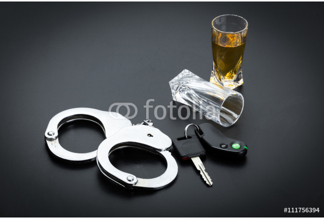 Obraz nowoczesny Car key on the bar with spilled alcohol 64239