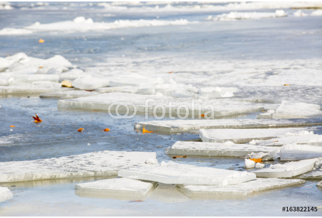 Quadro su tela big chunk of ice in the river danube on a winter day