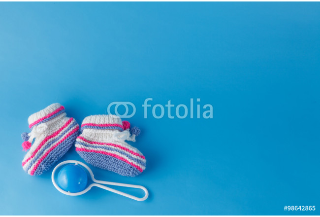 Rattle and knitted booties for the newborn 64239