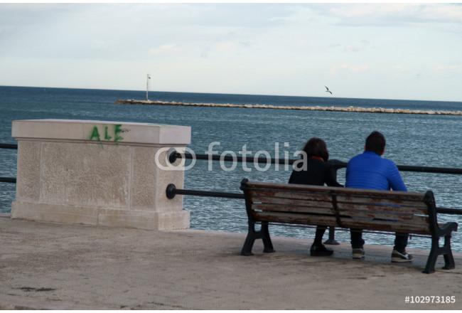 Panchina Lungomare : Wandbild coppia di innamorati seduti su una panchina del lungomare