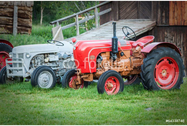 Vintage tractor by barn 64239