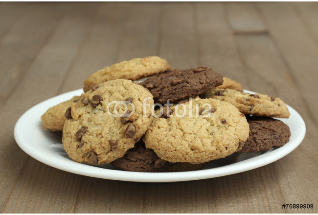 Obraz nowoczesny chocolate chip cookies on a plate on a wooden background 64239
