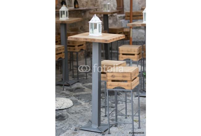 Tavoli e sgabelli all esterno di un bar