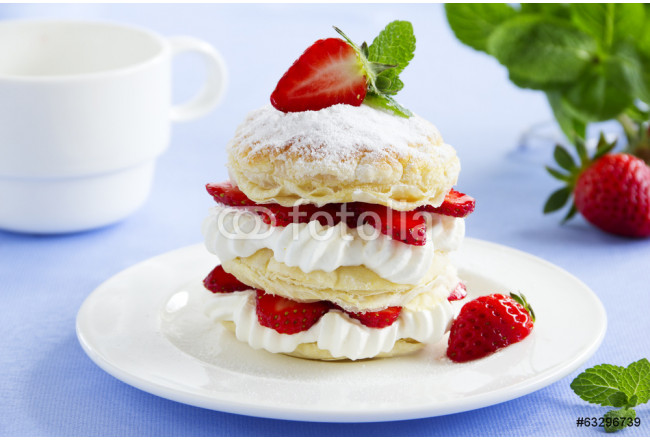 Obraz nowoczesny Millefeuille with strawberries and cream. 64239