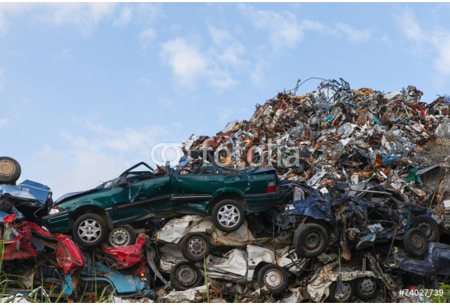 Quadro contemporaneo Scrap yard with crushed cars and blue sky 64239