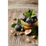 raw figs in a wooden bowl, selective focus 64239