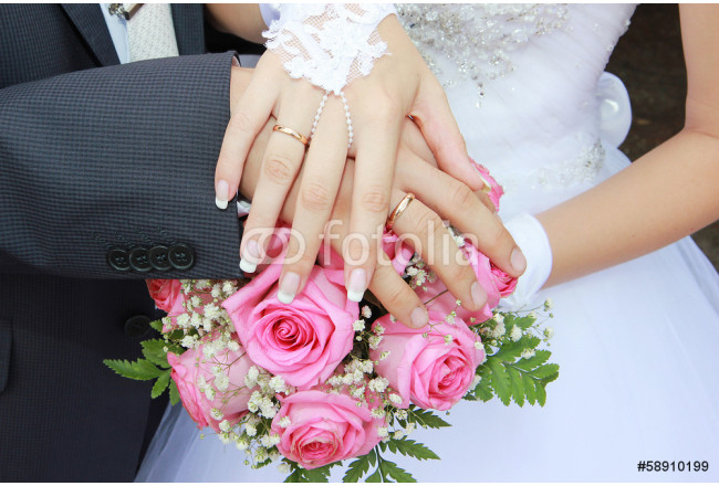 accessories hands on a wedding bouquet 64239